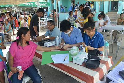 Projects Abroad Public Health volunteers talk to a local woman during a medical outreach in the Philippines