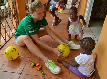 Projects Abroad volunteer plays with children of Manchester while on a visit to the Belretiro community in Jamaica