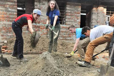 Projects Abroad volunteers contribute to disaster relief in Nepal after the earthquakes.