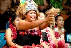 A local Samoan woman teaches volunteers about her culture as part of a cultural immersion trip abroad.